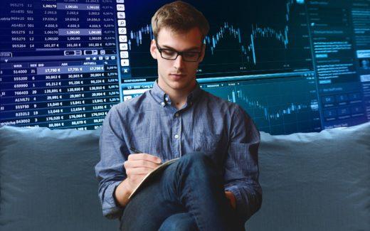 Mann vor einem aktienkursverlauf